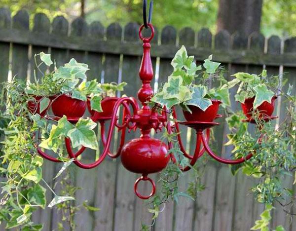 Lustige-Gartendeko-selber-machen-pflangefäße-kronleuchter