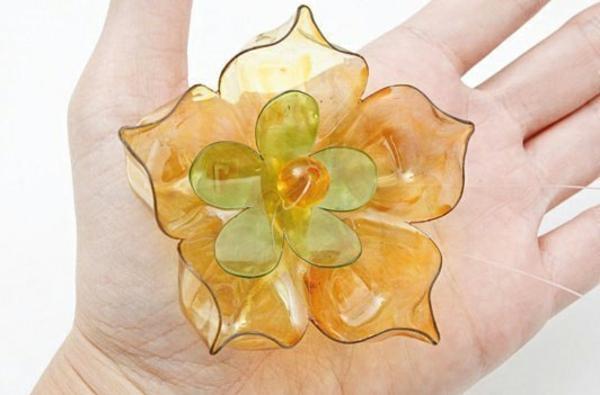 Recycling von Plastikflaschen art blumen
