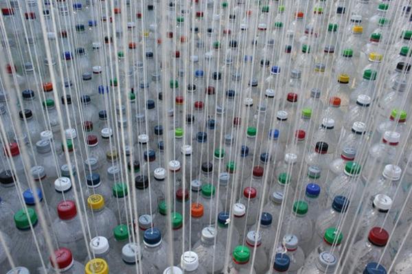 Recycling Plastikflaschen bunt fröhlich
