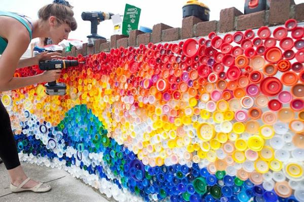 Recycling flaschendeckel Plastikflaschen landschaft wandinstallation