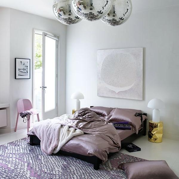 Schlafzimmer diskokugel komplett gestalten seide lila luxus