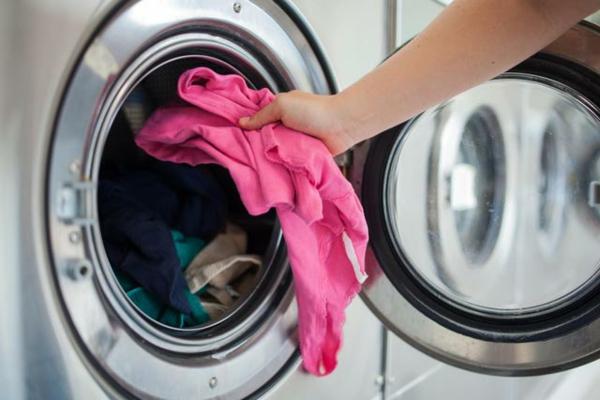 stinkt modergeruch Waschmaschine entfernen rosa wäsche