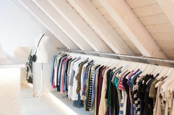 ankleidezimmer dachschräge kleiderständer schneiderpuppe wandspiegel