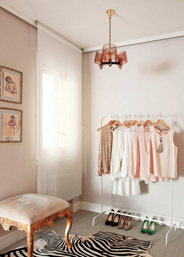 ankleidezimmer gestalten kleiderständer teppich zebramuster antik möbel polsterhocker