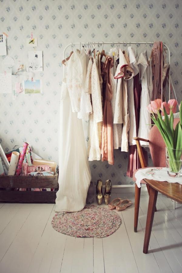 ankleidezimmer möbel kleiderständer holzkiste