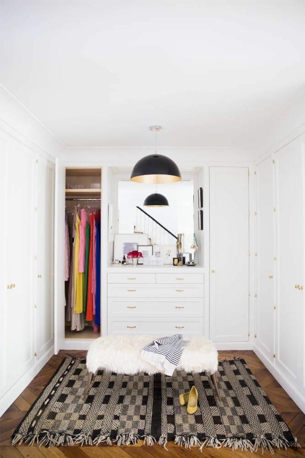 ankleidezimmer planen kleiderschrank schminktisch wandspiegel