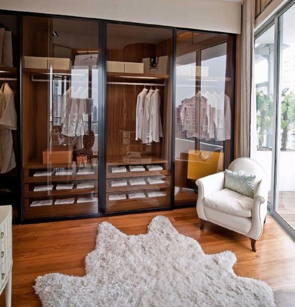 ankleidezimmer planen möbel kleiderschrank glasschiebetüren sessel holzboden