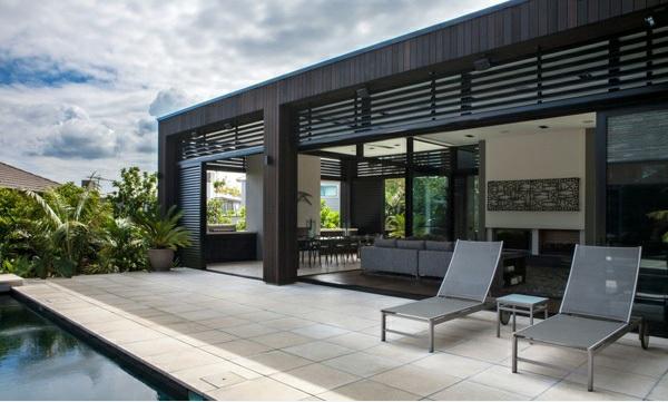 architektenhaus außenbereich nachhaltige architektur außenbereich liegenstühle fliesenboden pool