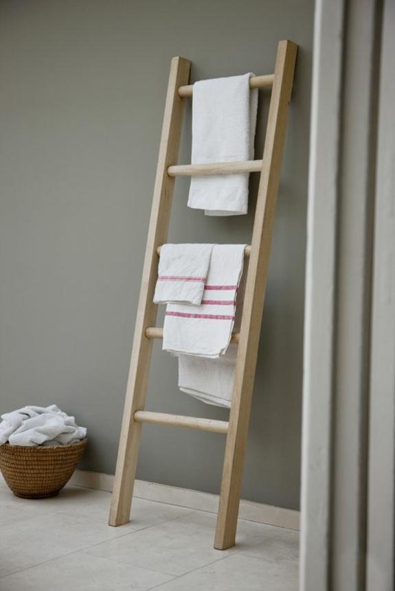 badmöbel rustikal holz handtuchleiter fliesenboden