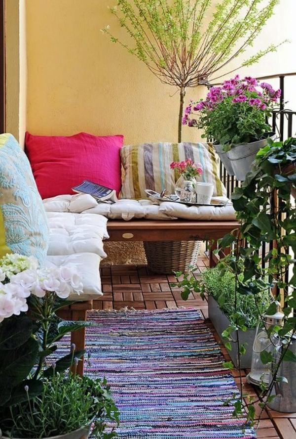 balkon bepflanzen blumenkasten kissenbequem