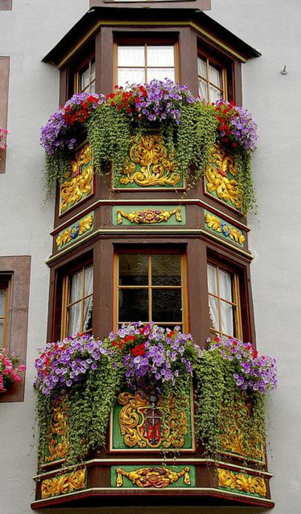 balkon bepflanzen blumenkasten klassisch erker