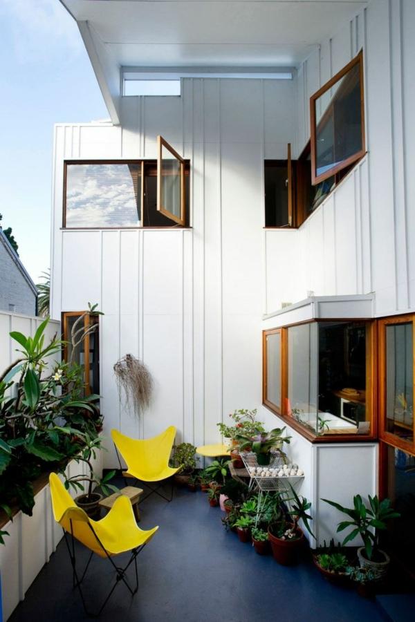 balkon bepflanzen blumenkasten stühle gelb