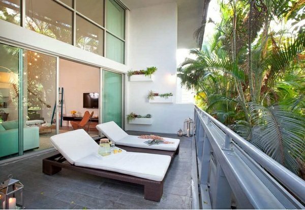balkonmöbel für kleinen balkon sonnenliegen wandgestaltung balkonpflanzen