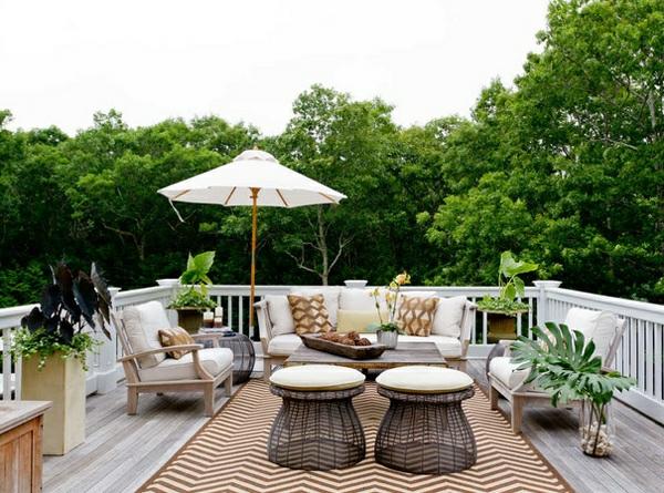 balkonmöbel set lounge möbel holzboden teppich entspannungsecke gestalten