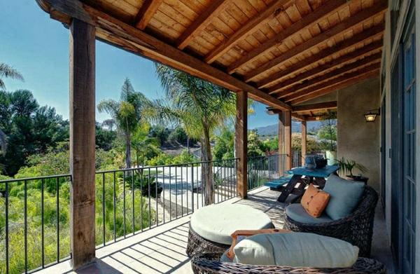 balkonmöbel set rattan lounge möbel holzüberdachung entspannungsecke gestalten