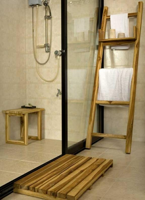 bedezimmer holzmöbel handtuchleiter badezimmer ideen