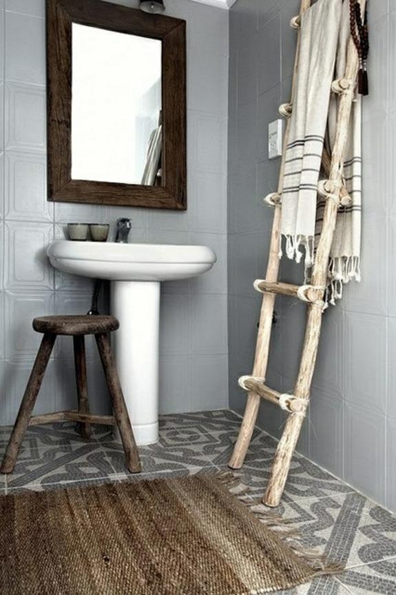 bedezimmer holzmöbel handtuchleiter badmöbel rustikal holz rattan