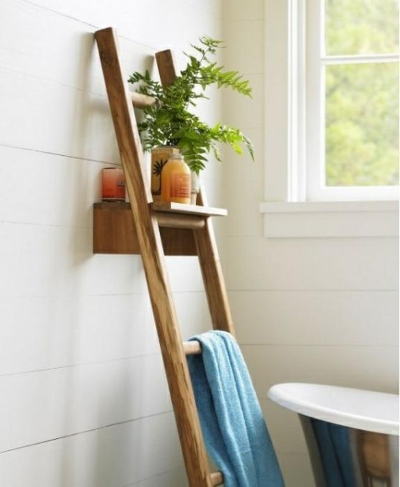 bedezimmer möbel aus holz handtuchleiter badezimmereinrichtung freistehende badewanne