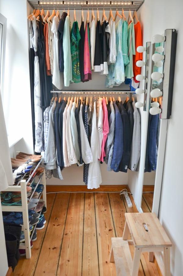 begehbaren kleiderschrank selber bauen diy kleiderständer wandspigel lichtquellen