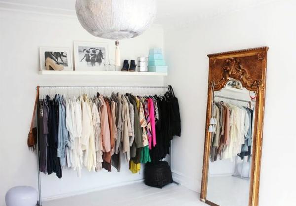 begehbaren kleiderschrank selber bauen kleiderständer standspiegel wanddeko bilder