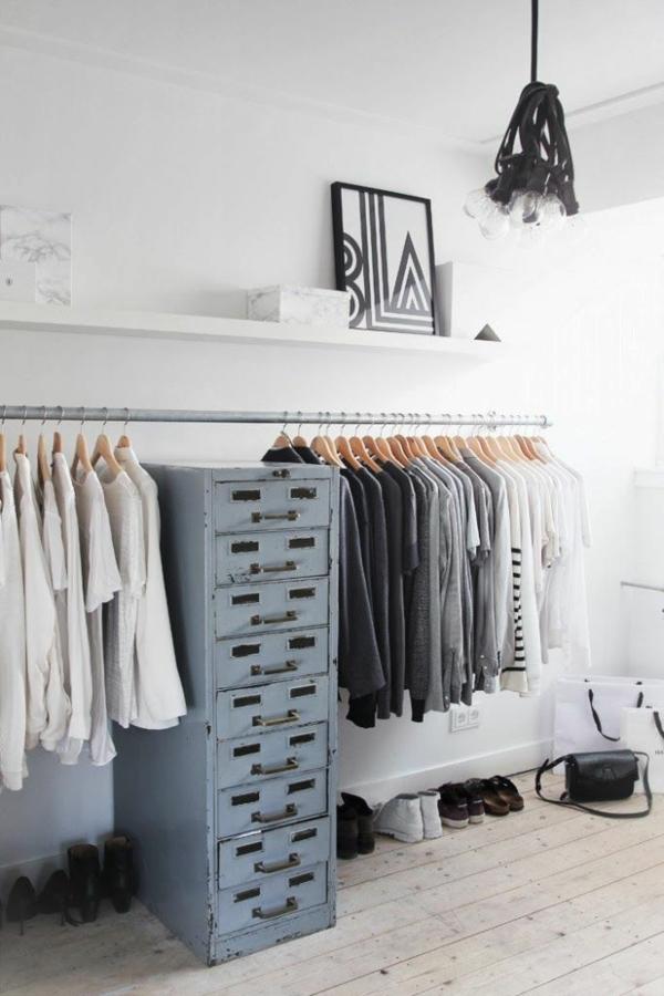 begehbaren kleiderschrank selber bauen kleiderständer wandregal alte kommode