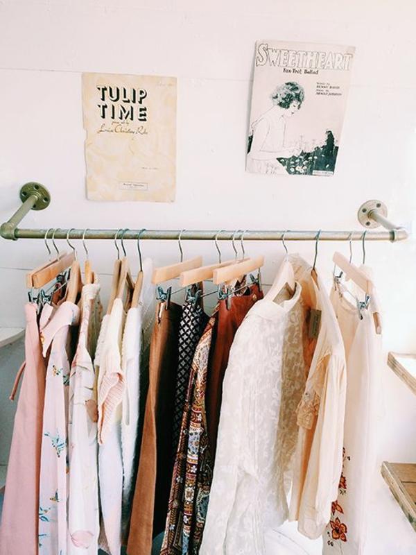 begehbaren kleiderschrank selber bauen kleiderständer wanddeko retro stil