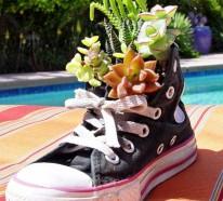 Blumenbeet anlegen – alte Schuhe erscheinen als Blumengefäße