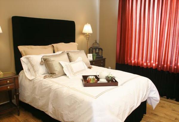feng shui schlafzimmer bett rot schwarze gardinen