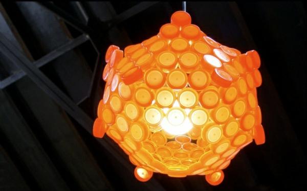 diy lampe flaschendeckel kronleuchter gelb