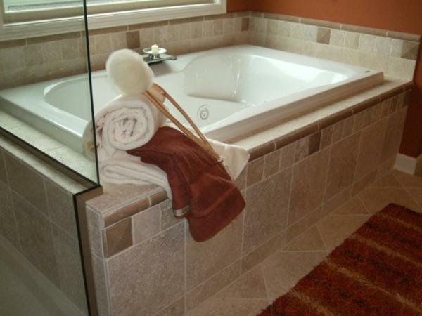 eingebaute badewanne einfliesen badezimmer fliesen wandfliesen