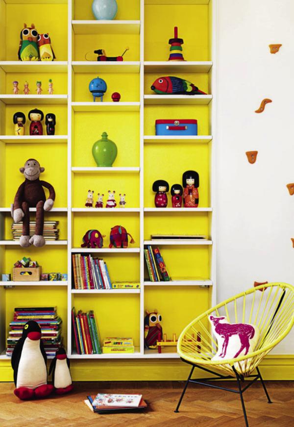 farbideen kinderzimmer gelbe wand weißes regal