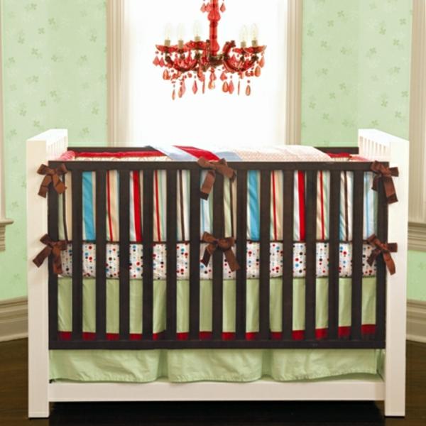farbideen kinderzimmer rot und türkis babywiege weiß