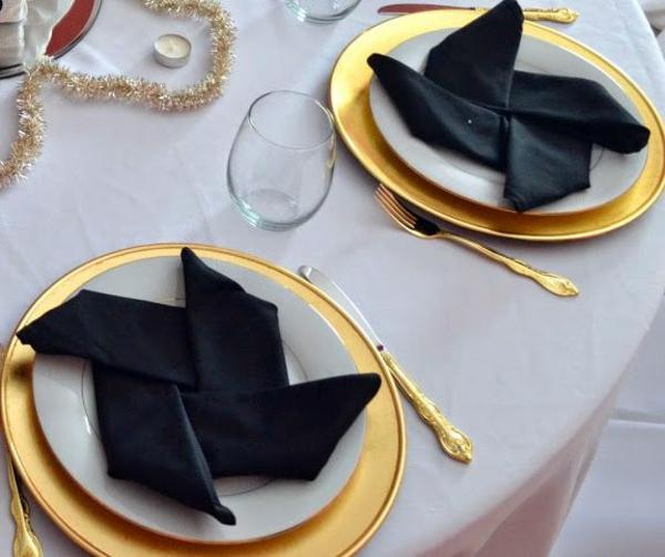 elegante tischdeko schwarz weiß gold servietten falten schwarze stoffserviette