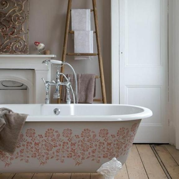 freistehende badewanne bodenständige armatur holzboden handtuchleiter
