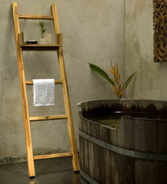 freistehende badewanne holzfass badezimmer möbel rustikal handtuchleiter holz