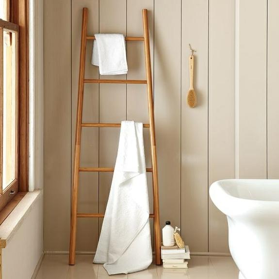 freistehende badewanne holzpaneele badezimmer einrichten holzmöbel handtuchleiter