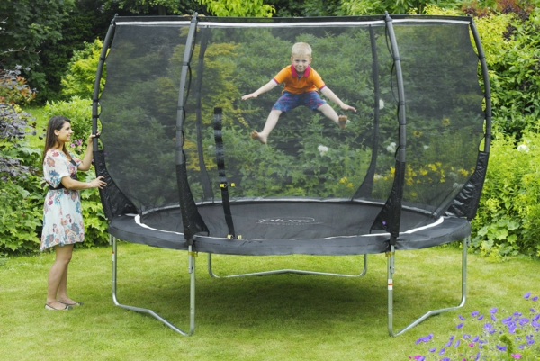 gartentrampolin test gartenmöbel kinderfreundliche spielzeuge sommerspaß