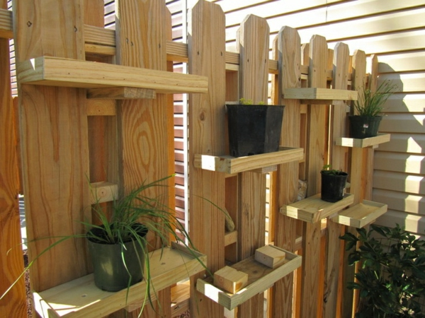 gartenzaun selber machen holzbalken gartenzaungestaltung kübelpflanzen