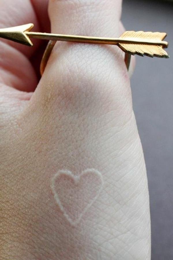 hand tattoo vorlagen weiß herz motiv