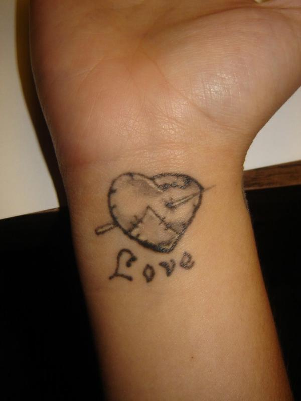 handgelenk tattoo herzen tattoo sprüche love