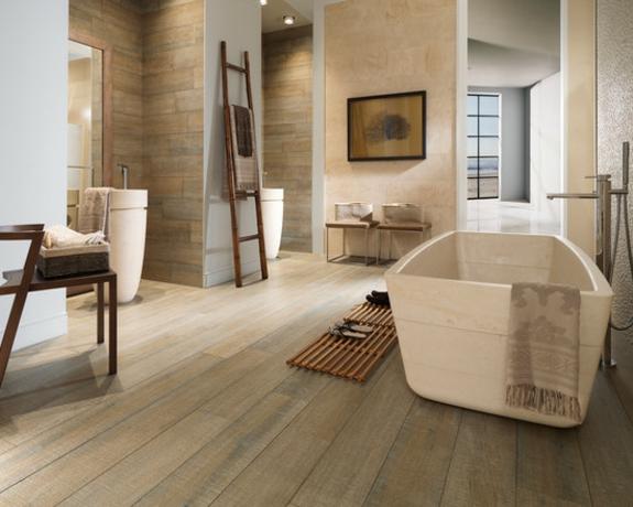 handtuchleiter holz bedezimmer möbel freistehende badewanne holzboden