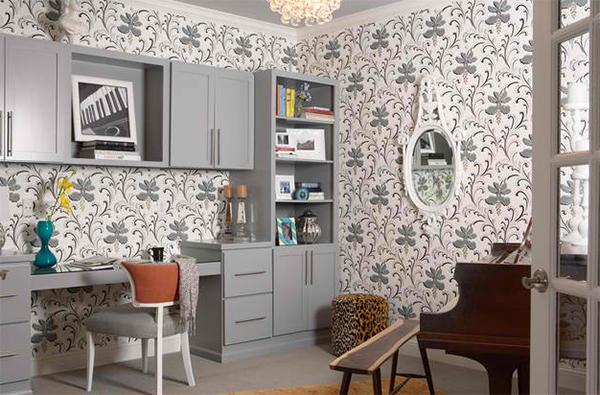 heimbüro einrichten arbeitszimmer gestalten wandtapeten florale muster weiß grau farbpalette