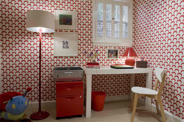 heimbüro einrichten arbeitszimmer wandgestaltung ideen rot weiß wandtapeten muster
