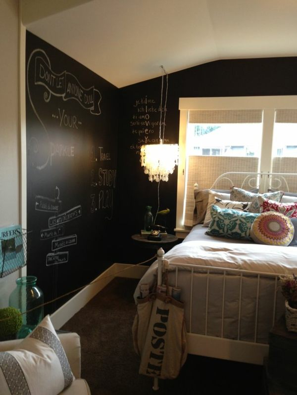 jugendzimmergestaltung schwarze tafel bett pendelleuchte