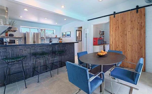 küche essbereich esstisch rund polsetrstühle holztür betonplatten bodenbelag