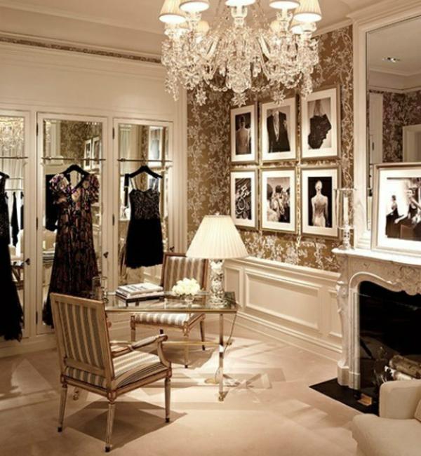 klassisches ankleidezimmer einrichten begehbarer kleiderschrank stilvoll elegant wandtapeten kronleuchter