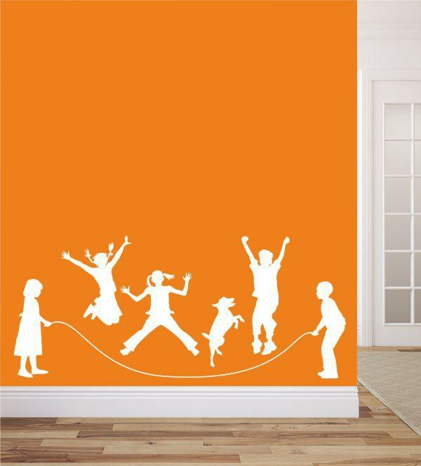 kreative wandgestaltung wandsticker kinderzimmer seilspringen glückliche familie