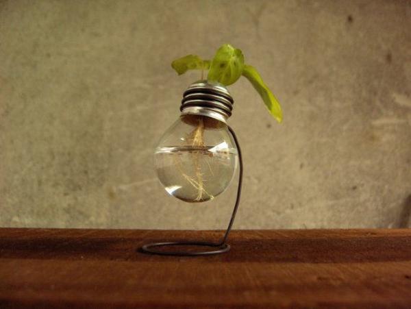lampe-glühbirnenform-diy-deko-holz-tisch