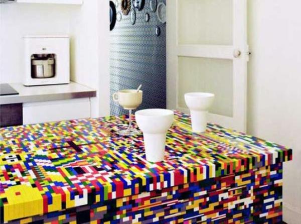 Küchenblock aus Legosteinen und lebensgroße Designer Lego Figuren