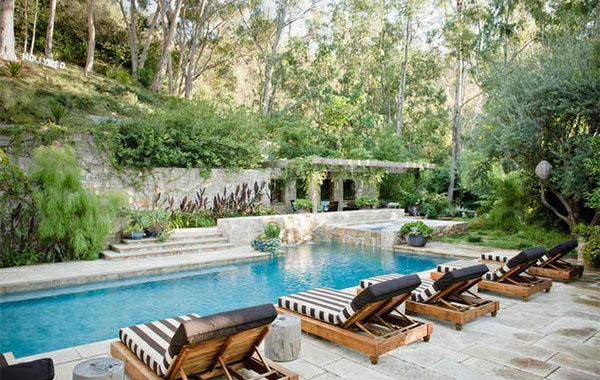 lounge möbel relax liegestuhl aus holz auflagen streifenmuster schwarz weiß gartenpool